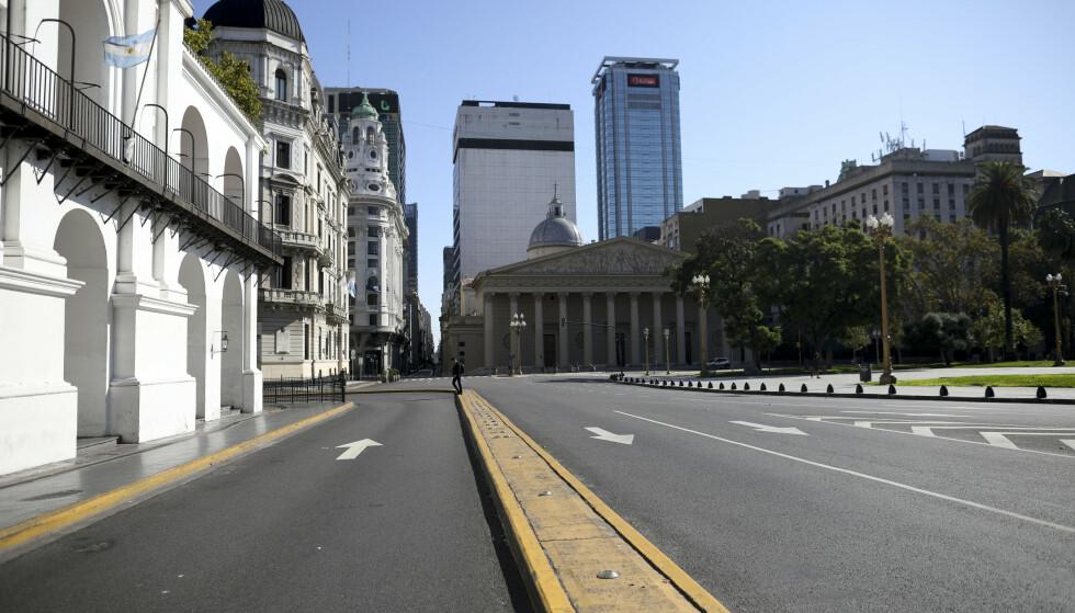 BETALTE IKKE: Argentina har ikke betalt renter på utenlandsgjelden sin. Landet har stengt ned på grunn av coronaviruset, slik denne gaten rett ved Plaza de Mayo i Buenos Aires vitner om. Foto: Natacha Pisarenko / AP / NTB Scanpix