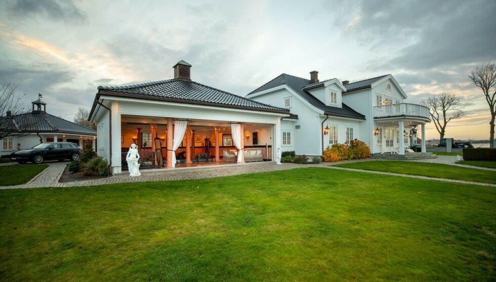 STOR TOMT: Foruten hovedhuset består eiendommen av et gjestehus og en trippelgarasje. Foto: Breakfast