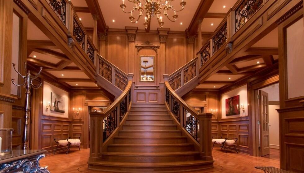 INTERIØR: Boligen markedsføres blant annet med «en hall med Titanic-inspirert 2-veis trapp». Foto: Breakfast