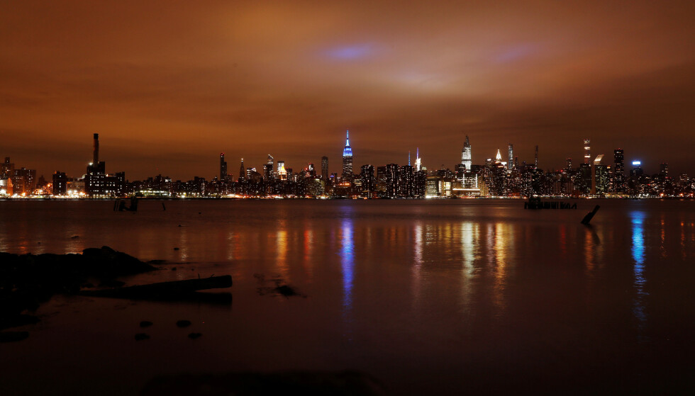 ØKER: Det totale antallet amerikanere som har søkt om arbeidsledighetstrygd har skutt i været. Bildet viser Empire State Building i New York som lyser blått for å hylle helsearbeideres innsats i kampen mot coronaviruset. Foto: Lucas Jackson  / Reuters