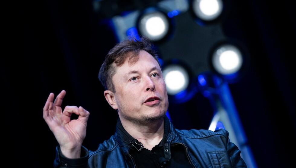 TRUER: Tesla-sjef Elon Musk truer med å flytte Tesla-fabrikken. Foto: Brendan Smialowski / AFP