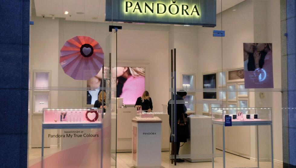 HARDT RAMMET: Coronapandemien har rammet smykkegiganten Pandora hardt. Foto: Ints Kalnins / Reuters / NTB Scanpix