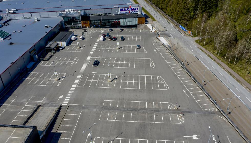 <strong>SPØKELSESBY:</strong> Normalt kryr det av folk på Nordby shoppingsenter like over grensa. Nå er «Norges største kjøpesenter» en spøkelsesby. Foto: Adam Ihse/TT / NTB scanpix
