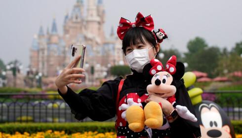 GJENÅPNING: Mandag kunne besøkende med munnbind igjen nyte Disneyland i Shanghai etter at parken åpnet for første gang siden 25. januar.   Foto: Aly Song / Reuters / NTB Scanpix