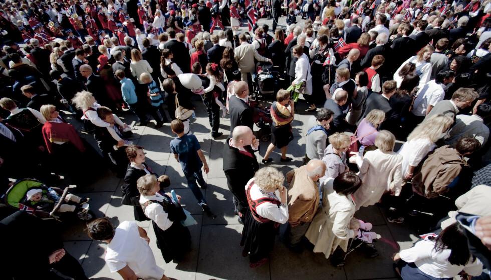 <strong>ANNERLEDES FEIRING:</strong> Gatene, restaurantene og uteserveringene er vanligvis fylt med festkledde og jublende nordmenn under nasjonaldagen. Slik blir det ikke i år. Foto: Stian Lysberg Solum / SCANPIX