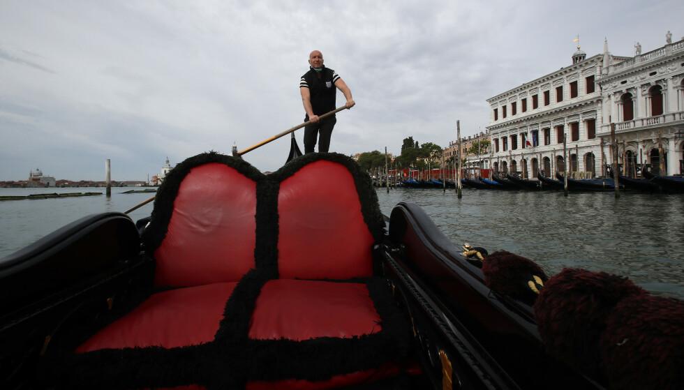 KRISE: Gondolføreren Andrea Balbi leder en interesseorganisasjon for gondolførere. Coronapandemien har skapt økonomisk krise i Venezia, som er vant til at det kommer inn 3 milliarder kroner i turistrelaterte inntekter hvert år. Foto: Antonio Calanni / AP / NTB scanpix