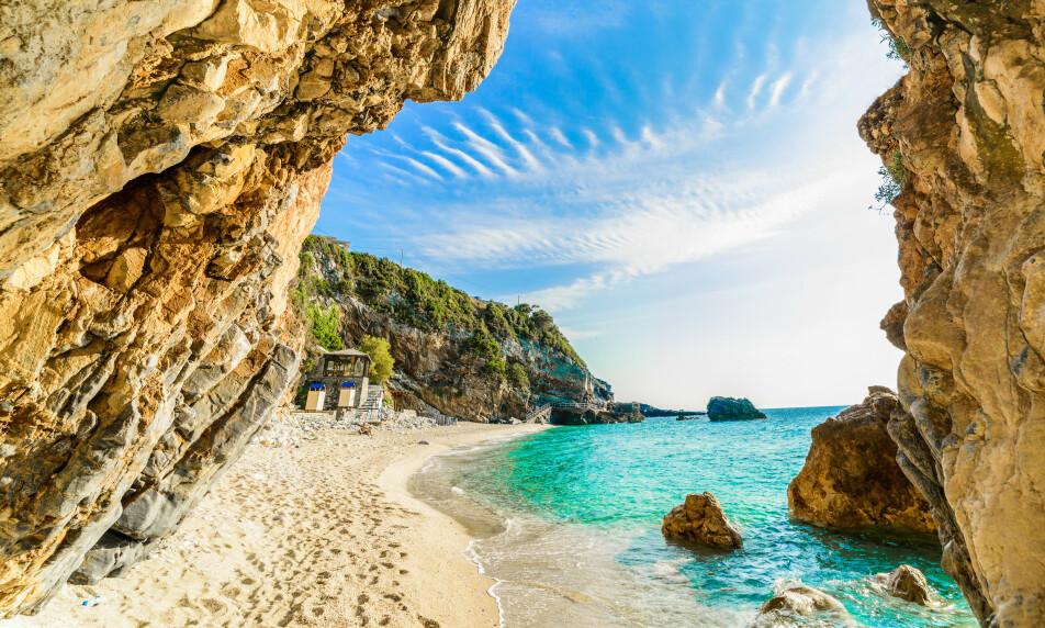 FERIE-PLAN: Den greske regjeringen lanserer onsdag sin plan for å redde årets turistsesong. Bildet viser en strand på ferieøya Korfu. Foto: Cristian Balate / Shutterstock / NTB scanpix