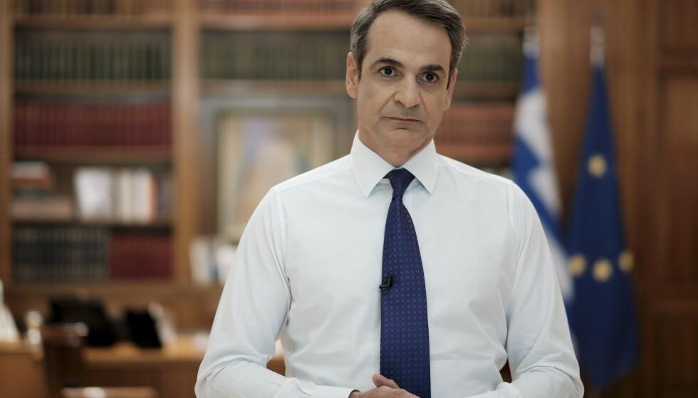TALE: Hellas' statsminister Kyriakos Mitsotakis taler til nasjonen i en TV-sendt tale onsdag kveld. Foto: Dimitris Papamitsos/Greek Prime Minister's Office via AP