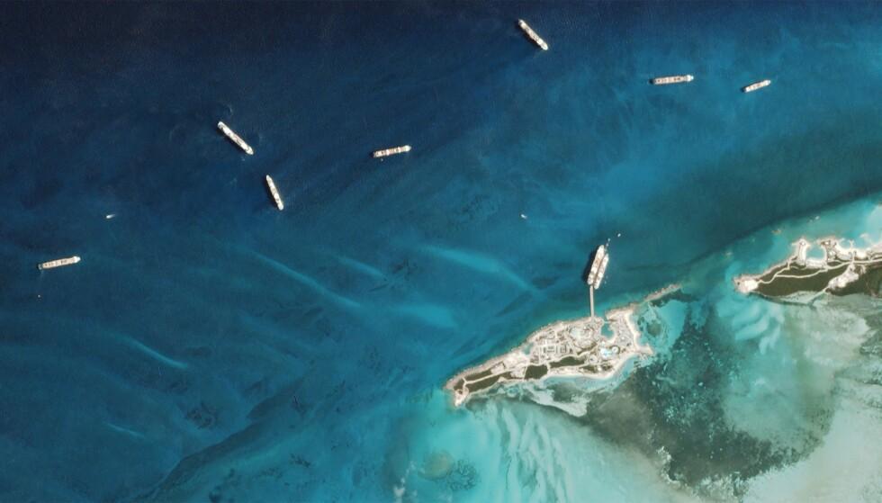 KLYNGER: Flere satellittbilder viser klynger av cruise som ikke får gå i land. Foto:AFP.