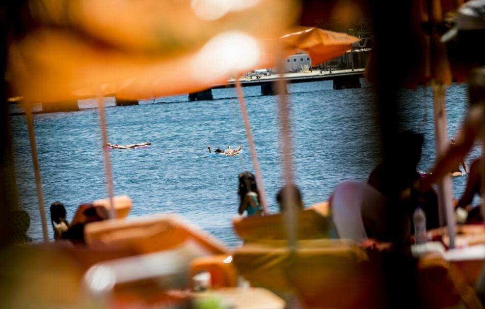 <strong>FERIEDRØM:</strong> Sol og bading på greske ferieøyer som her fra Kos i fjor må byttes ut med Norges-ferie i 2020. Men fortsatt er det mange som ikke vet om feriepengene kommer inn på konto. Foto: Christian Roth Christensen