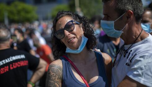 GRÅT: Torsdagens nyhet var tung å motta for de ansatte, her representert ved Rosa Jimenez (43) - som er avbildet utenfor Nissans fabrikk i Barcelona. Foto: Emilio Morenatti / AP / NTB Scanpix