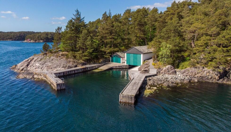 <strong>TO BÅTHUS:</strong> Eiendommen ligger nærme sjøen, har en lang strandlinje og to båthus. Foto: PrivatMegleren