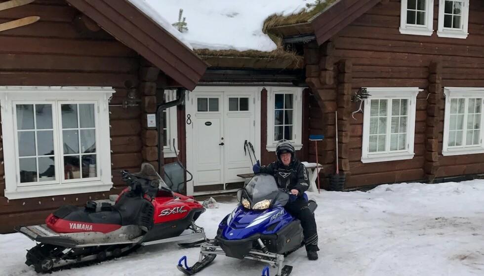 - FERDIG MED SNØSCOOTER: Jan Tore Kjær kjøpte hytta i Sverige i 2010. I fjor ble den lagt ut for salg, og nå har han fått gjennomslag. Foto: Privat