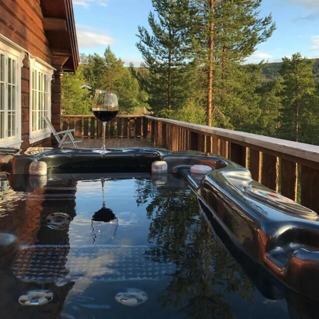 JACUZZI: De nye eierne kan blant annet nyte denne utsikten fra jacuzzien på terrassen. Foto: Privat