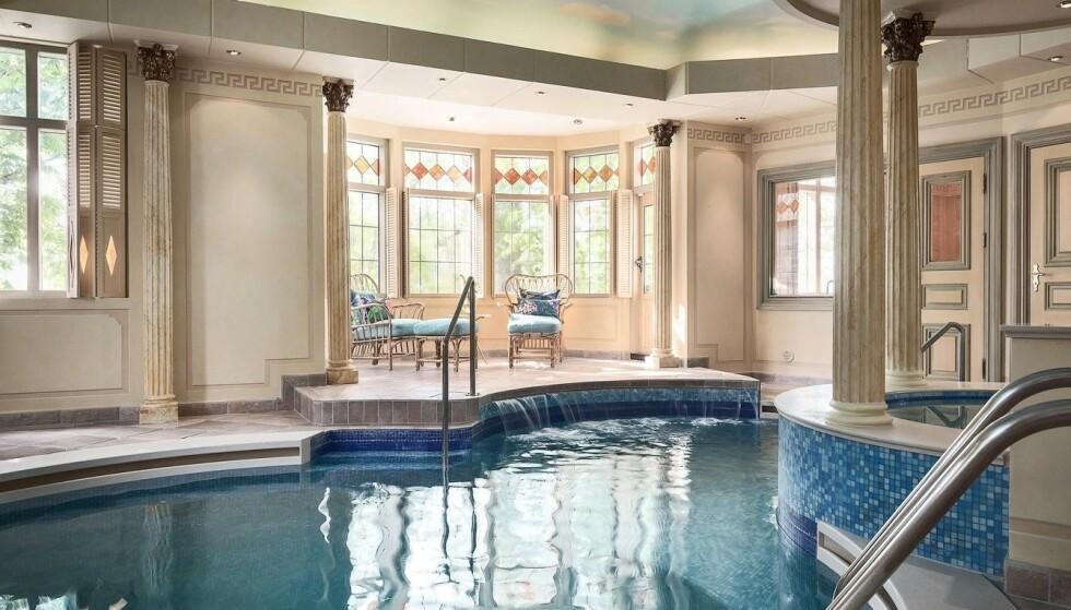 INNENDØRSBASSENG: For 95 millioner vil nok de fleste forvente å få et innendørs svømmebasseng, noe herregården også har. Foto: Widerlöv