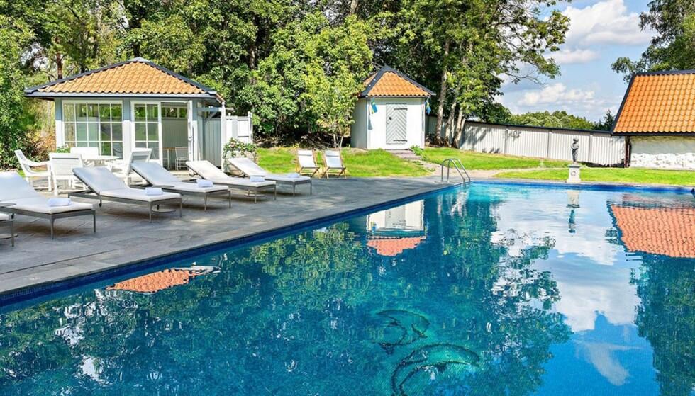 UTENDØRS: Det er finnes også et utendørs svømmebasseng. Foto: Widerlöv