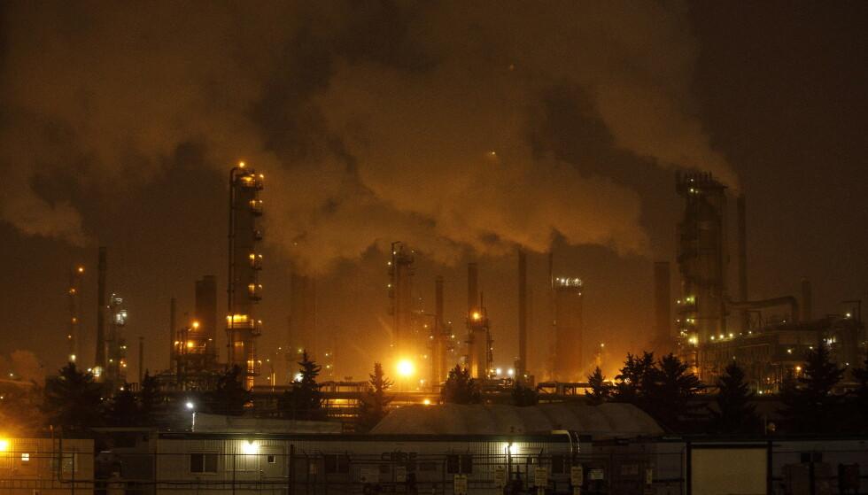 KOLLAPS: Verdien av verdens olje-, gass- og kullreserver vil reduseres kraftig i åra som kommer, slår ny rapport fast. Her er fossilbransjen representert ved et raffineri i Edmonton i Canada. Foto: THE CANADIAN PRESS / Jason Franson / NTB scanpix