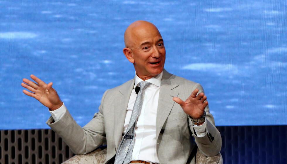 RIKERE: Amazon.sjef Jeff Bezos kan le hele veien til banken, eller kanskje rettere sagt børsen. Selskapet hans har hatt en voldsom oppgang under coronakrisen, og dermed er verdens rikeste mann enda litt mer verdt. Foto: REUTERS / Katherine Taylor / NTB scanpix