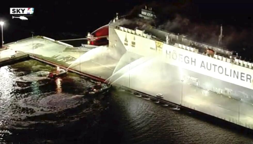 <strong>JOBBER PÅ STEDET:</strong> Brannmannskap forsøker å slukke brannen på det norske skipet Höegh Xiamen ved Florida-kysten. Foto: WJXT via AP / NTB scanpix
