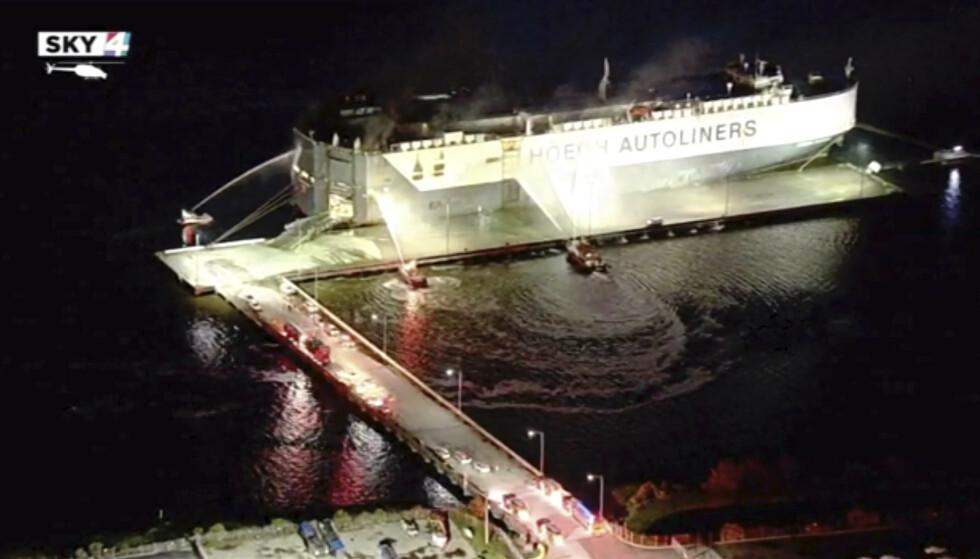 <strong>TIL SYKEHUS:</strong> Det har vært en eksplosjon om bord på norske Höegh Xiamen som ligger ved Florida-kysten. Ni amerikanske brannfolk er innlagt på sykehus som følge av ulykken. Foto: WJXT via AP / NTB scanpix
