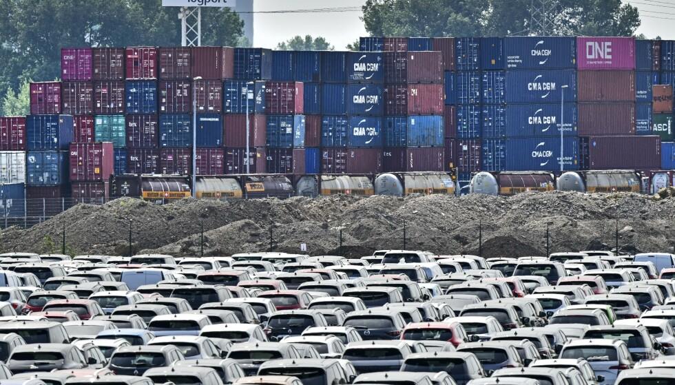 KRISETALL: Nye biler står oppsamlet i Duisburg i Tyskland 3. juni. Bilindustrien i Tyskland har blitt kraftig påvirket av koronakrisen. Foto: Martin Meissner / AP / NTB scanpix