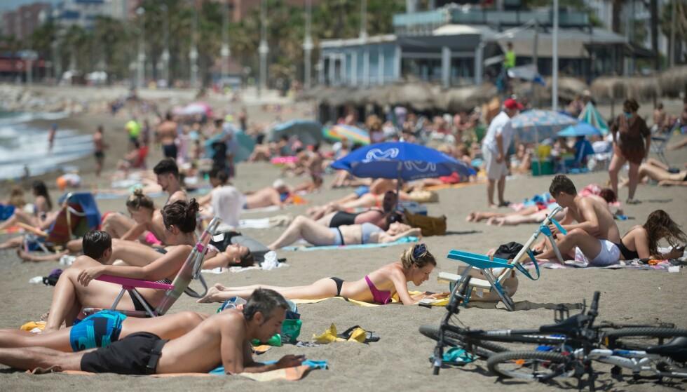 PÅ STRANDEN: I Malaga har lokalbefolkningen allerede tatt stranden tilbake etter en periode med strenge coronarestriksjoner. Fra 1. juli kan spanjolene få besøk av utenlandske turister på stranda. Foto: JORGE GUERRERO / AFP / NTB scanpix