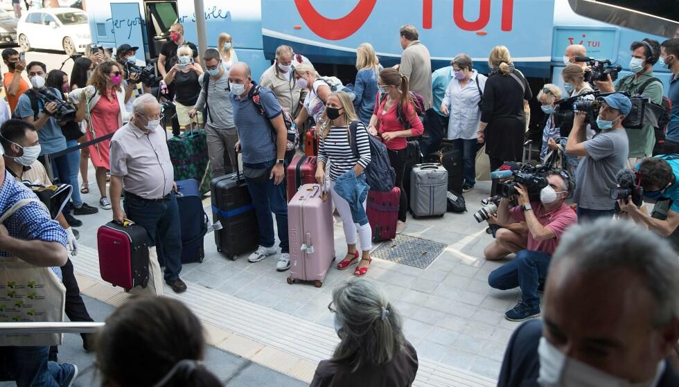PÅ BESØK: Lokale myndigheter har åpnet opp for at noen utvalgte turister igjen kan få nye strendene på den spanske ferieøya Mallorca. Her ankommer de første tyske turistene RIU Concordia hotel i Palma de Mallorca i dag. Foto: Jaime Reina / AFP / NTB Scanpix