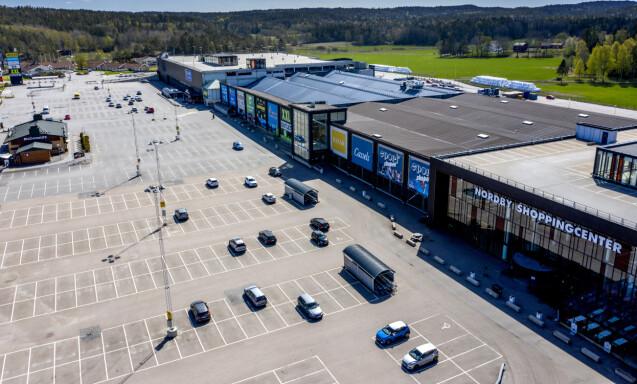 SPØKELSESBY: Vanligvis kryr det av folk på Nordby shoppingsenter. Nå er kjøpesenteret forvandlet til en spøkelsesby. Foto: Adam Ihse/TT / NTB scanpix.