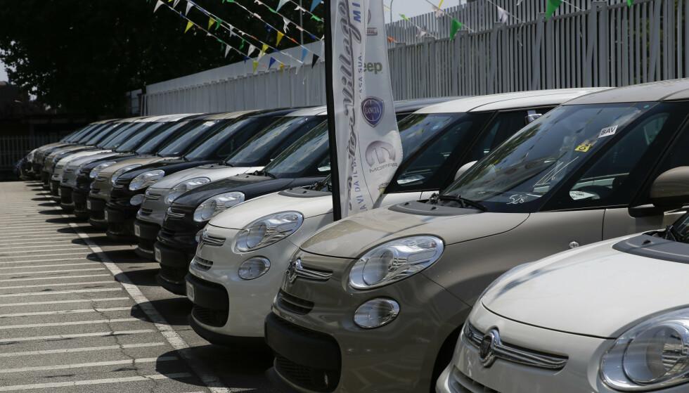 FIAT: Parkerte biler hos en Fiat Chrysler-forhandler i Milano i 2018. Illustrasjonsfoto: Luca Bruno / AP / NTB scanpix