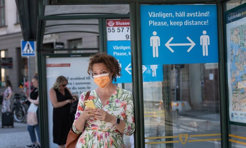 STIGENDE SMITTETALL: Til tross for myndighetenes råd, fortsetter smittetallene å øke i Sverige. Statsepidemiolog Anders Tegnell sier økningen skyldes økt testing. Foto: Stina STJERNKVIST / AFP / NTB scanpix
