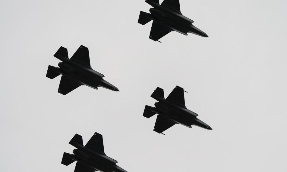 KAMPFLY: Kongsberg Gruppen er leverandør av deler til det nye kampflyet F-35, og det sikrer solide inntekter. Men den utsiktene i maritim sektor bekymrer toppsjefen i industrigiganten. Foto: Lise Åserud, NTB scanpix