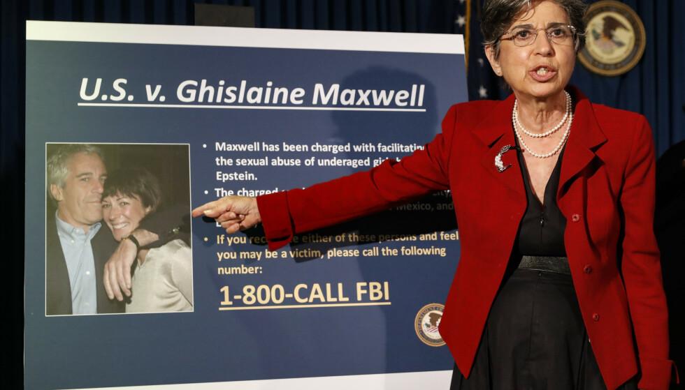 NEW YORK: Statsadvokat Audrey Strauss avbildet under en pressekonferanse 2. juli 2020. Hun peker på et bilde av Ghislaine Maxwell og Jeffrey Epstein. Foto: AP
