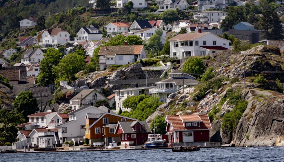 <strong>- FOR LETT:</strong> Sivilombudsmannen mener det er for lett å få tillatelse til å bygge i strandsonen. I perioden 2016 til 2019 ble 96 prosent av søknadene i Lindesnes kommune godkjent, og hele 98 prosent i Askøy. I Kragerø (bildet) ble 75 prosent godkjent. Foto: Geir Olsen / NTB scanpix
