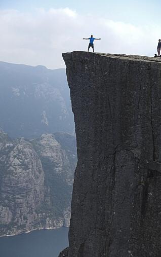 <strong>ALLE SPØR OM PREIKESTOLEN:</strong> Over 250 000 turgåere gikk opp til fjellplatået på nordsiden av Lysefjorden i fjor. Mission Impossible-filmen med Tom Cruise i disse omgivelsene i Rogaland har ikke dempet interessen. Foto: Marianne Løvland, NTB Scanpix