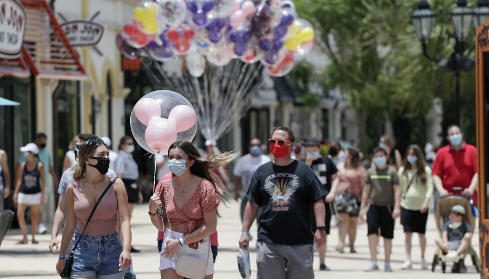 GJENÅPNER: Store deler av USA er godt i gang med gjenåpningen, som her i Disney Springs i Florida. (AP Photo/John Raoux, File)