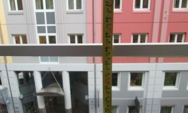 - FOR LAVT: Dette bildet viser et rekkverk som ifølge kommunen kan utgjøre en sikkerhetsrisiko. Foto: Plan- og bygningsetaten