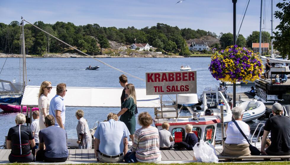 <strong>GRIMSTAD:</strong> Det er for tiden mange mennesker på ferie i Grimstad. Her krabbesalg på brygga. Foto: Lars Eivind Bones / Dagbladet.