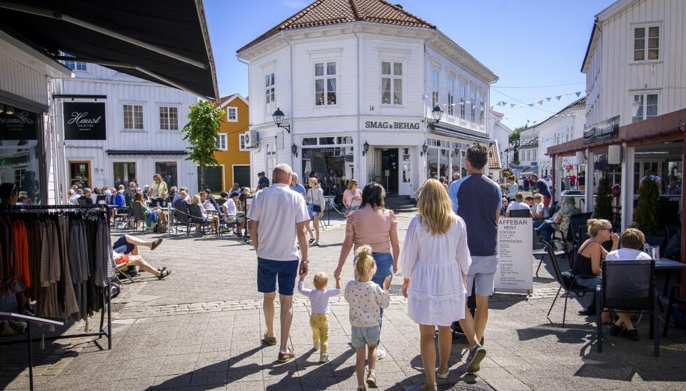 <strong>GÅGATA:</strong> I gågata i Grimstad kryr det av mennesker. Foto: Lars Eivind Bones / Dagbladet.