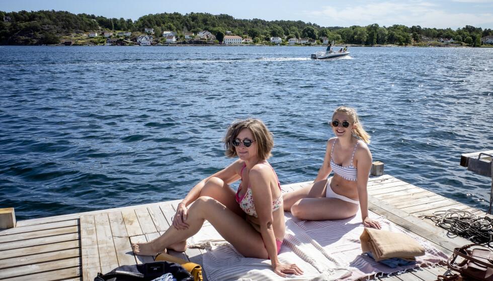<strong>FERIE:</strong> Martine og Janne Brunsell har funnet en ledig brygge i Grimstad. De er på busstur gjennom sørlandet. Foto: Lars Eivind Bones / Dagbladet.