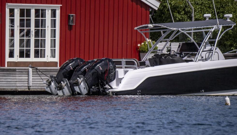 STORDALEN: Utenfor båthuset til Stordalen ligger daycruiseren med tre motor på 400 hestekrefter hver. Foto: Lars Eivind Bones / Dagbladet.