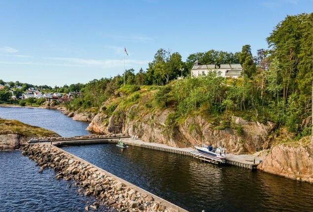 <strong>EGEN BRYGGE:</strong> Eiendommen ligger like utenfor Larvik sentrum og har blant annet utsikt over fjorden. Foto: Inviso