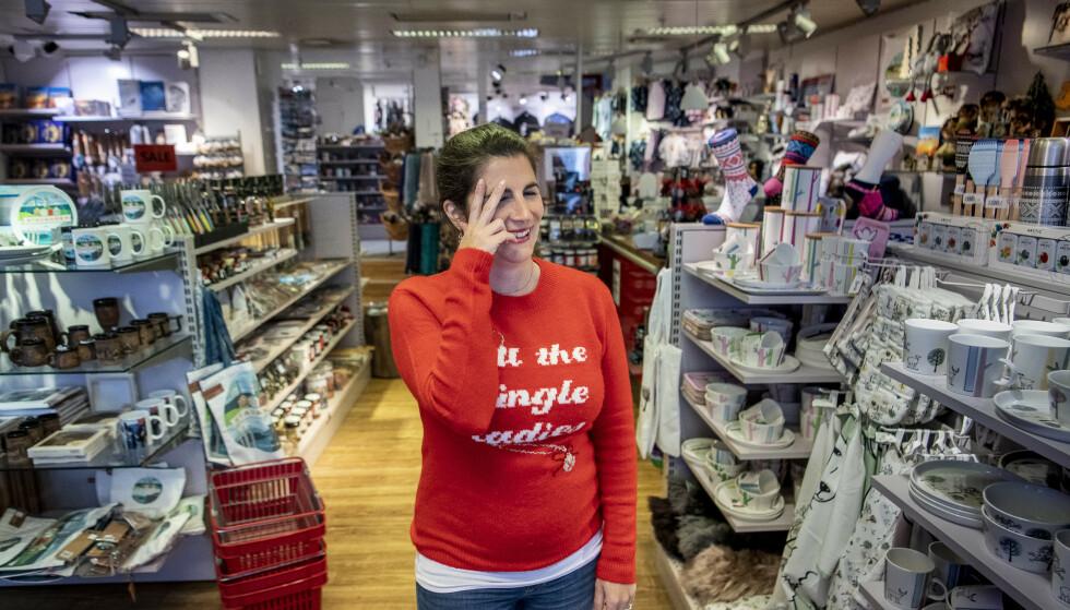 BUTIKK: Suvenirbutikken har tapt over halve omsetningen, og ber om at cruiseturistene snart vender tilbake igjen. Foto: Lars Eivind Bones / Dagbladet.