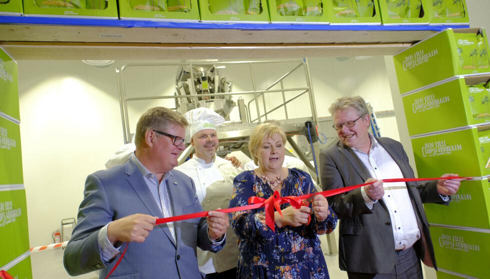 MED BRASK OG BRAM: Statsminister Erna Solberg deltok på åpninga av Den lille chipsfabrikken på Mjåvann i Kristiansand i fjor. Foto: Tor Erik Schrøder / NTB Scanpix