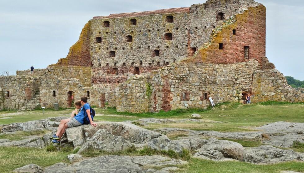 KLATRING: Mange turister klatrer på den fredede borgruinen Hammershus. Det får lokalbefolkningen til å se rødt. Foto: NTB scanpix