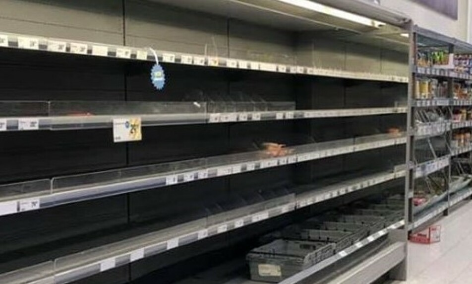 TOMT: I kjøledisken på Ica Supermarked på senteret Töckfors, vitner tomme kjølehyller om at mange nordmenn har benyttet seg av muligheten for en handletur over grensa. Foto: Tipser