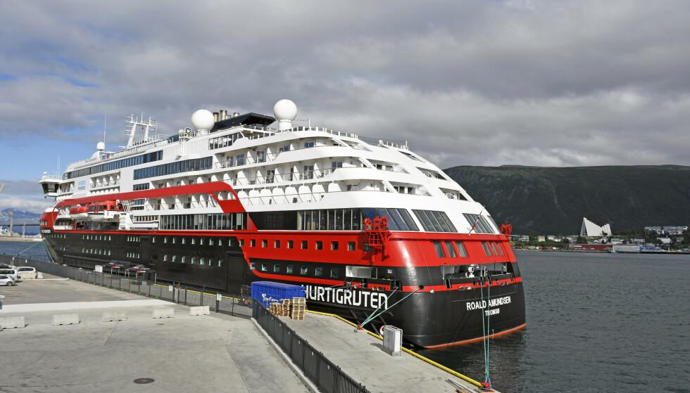 CORONAUTBRUDD: MS «Roald Amundsen» ligger ved kai i Tromsø. Så langt har 42 personer, besetning og passasjerer, fått påvist covid-19 etter å ha vært om bord i skipet. Foto: Rune Stoltz Bertinussen / NTB scanpix