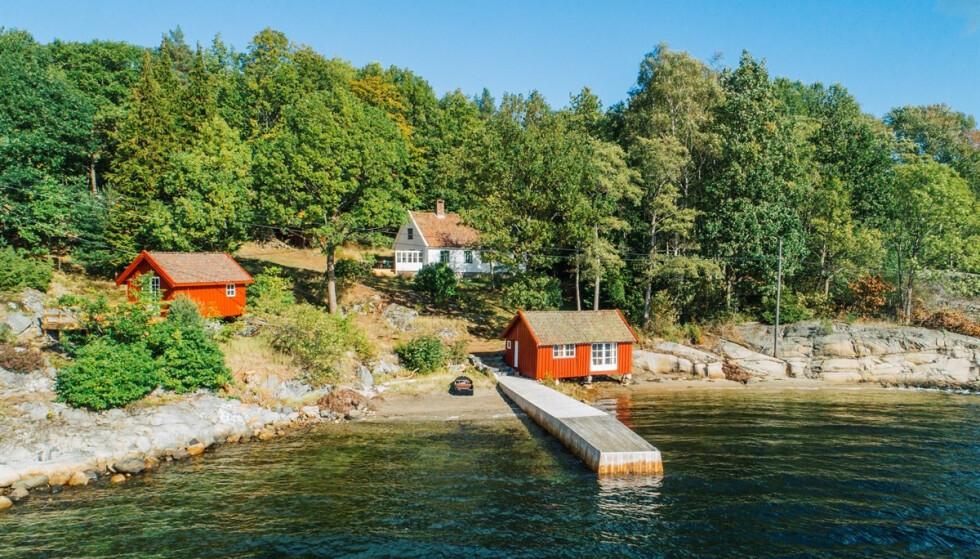 HYTTA: Hytta består av båthus, egen brygge og et innredet eldhus. Foto: Karl Filip Kronstad / Privatmegleren Kragerø
