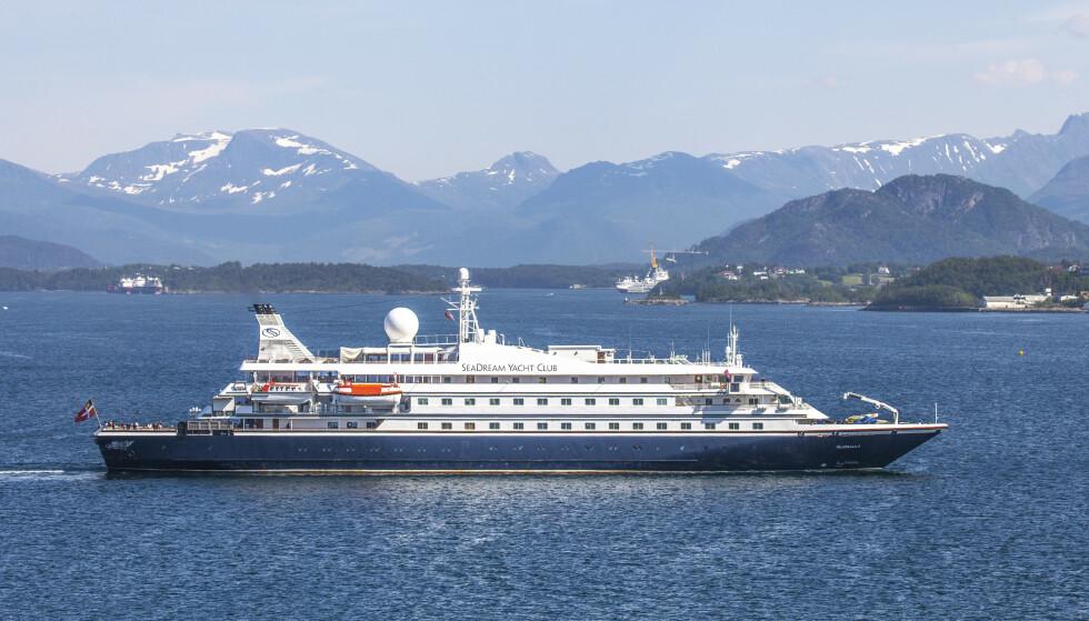 CORONA-STOPP: Cruiseskipet SeaDream1 på vei ut fra Ålesund 19. juni i år, også da etter stopp på grunn av corona-situasjonen. Foto: Halvard Alvik, NTB Scanpix.