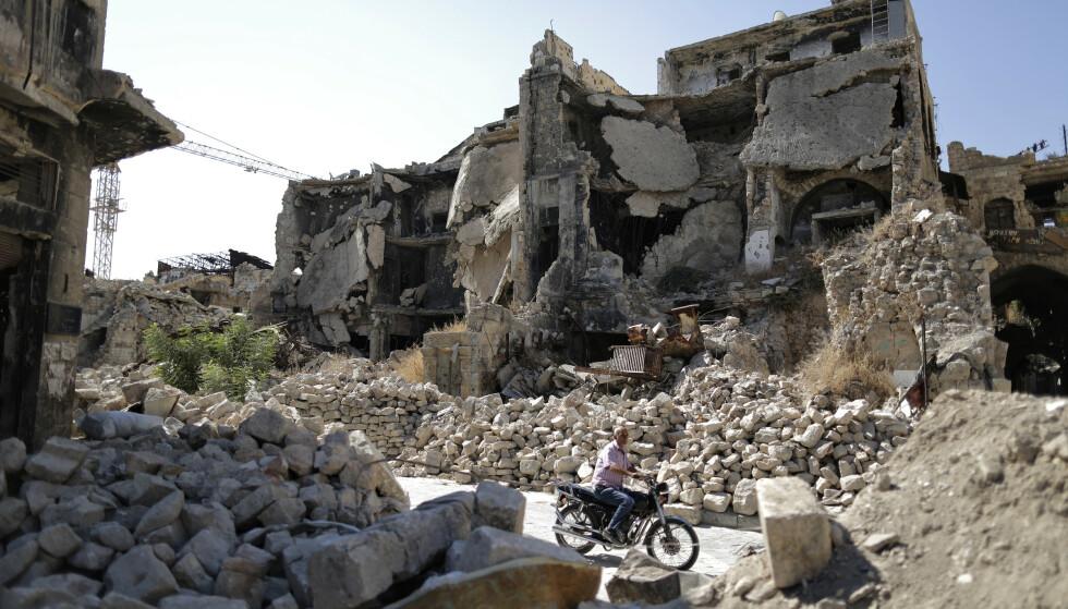 ALEPPO: Syria har blitt bombet sønder og sammen under den ni år lange krigen. Dette bildet er tatt i gamlebyen i Aleppo i fjor sommer. Foto: Hassan Ammar / AP Photo / NTB Scanpix