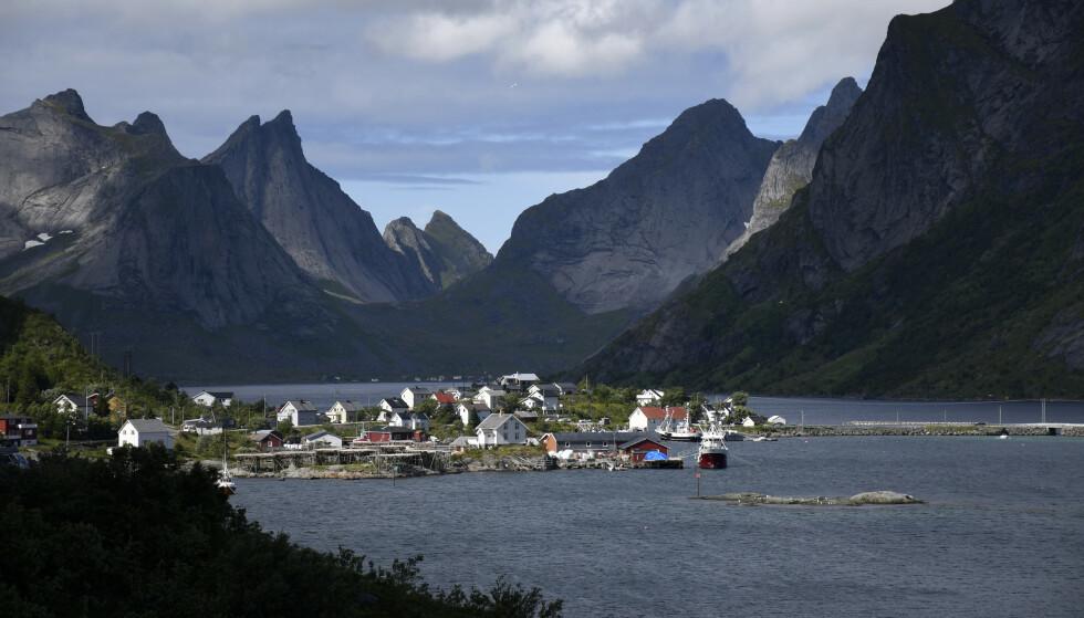 MANGE SMÅBEDRIFTER: Reine og Kjerkfjorden i Lofoten har hatt mange norske turister på besøk i sommer. Foto: Rune Stoltz Bertinussen / NTB scanpix